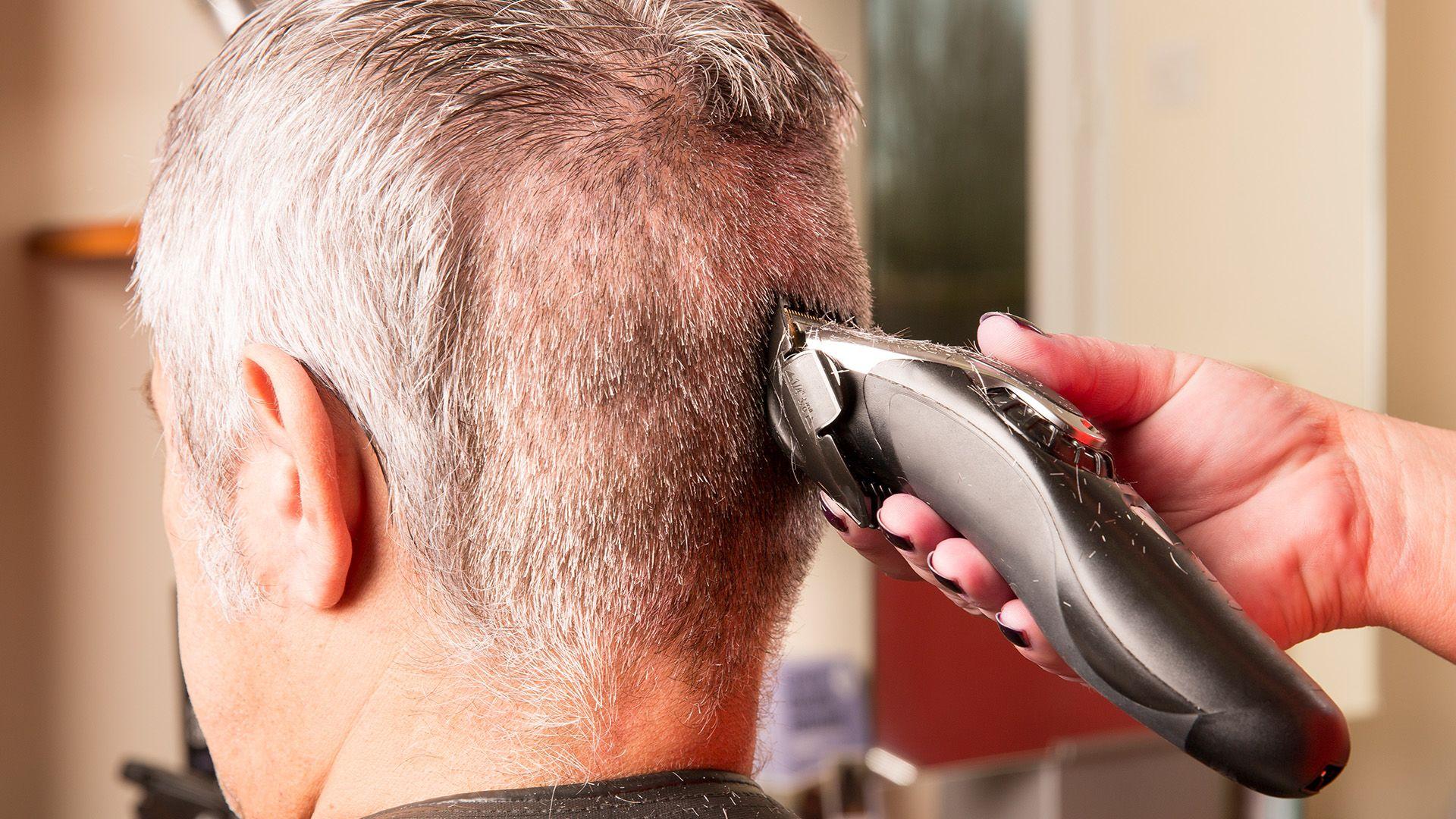Legalább három különböző fokozatot használjunk ha hajnyírógéppel akarjuk levágni a rövid hajat. (Illusztráció: Getty Images)