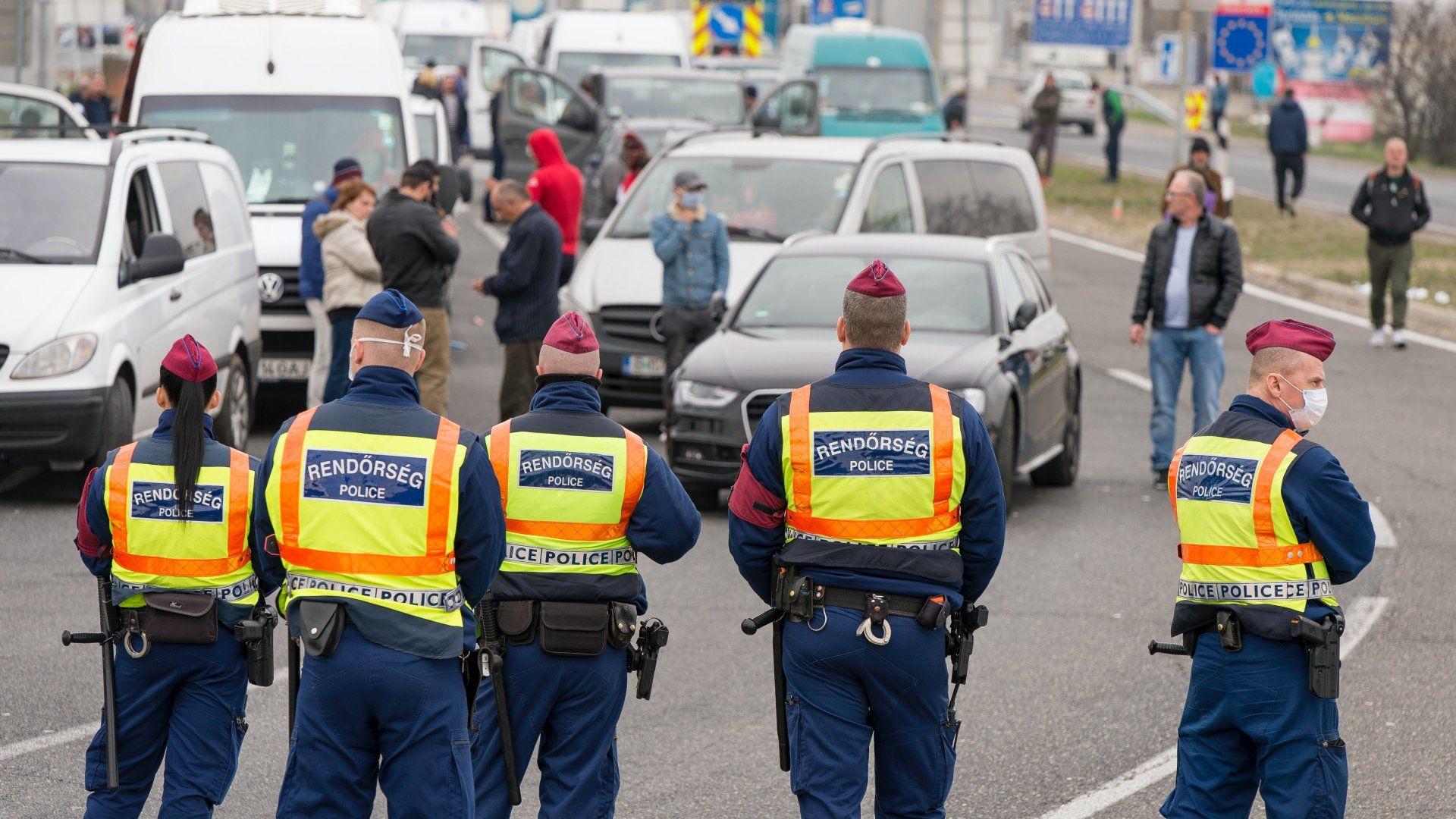 Rendőrök a hegyeshalmi közúti határátkelőnél 2020. március 17-én. Délben csaknem húsz kilométeres torlódás alakult ki az osztrák oldalon (Fotó: MTI/Krizsán Csaba)