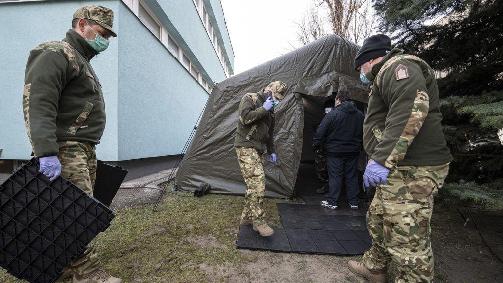 katonai sátrat állítottak a heim Pál Gyermekkórház udvarán a koronavírus-gyanús esetek előszűrésére