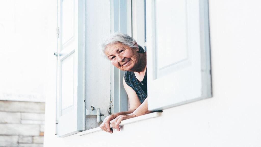 A 13. kerületi önkormányzat fényképes igazolvánnyal rendelkező munkatársai gondoskodnak az idősek ellátásáról, amennyiben lenyilatkozzák, hogy otthon maradnak. Fotó: Nick Karvounis on Unsplash