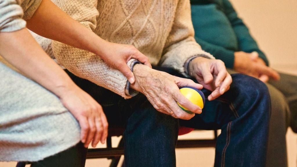 Az időseknek ilyenkor különösen nagy szükségük van a támogatásra (illusztráció)