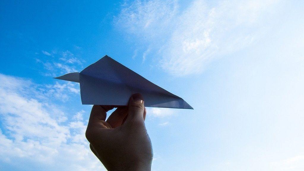 Papírrepülőn érkezik a koronavírus elleni figyelmeztetés