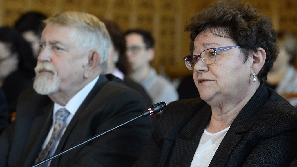 Kásler Miklós, az emberi erőforrások minisztere és Müller Cecília országos tisztifőorvos, az operatív törzs tagjai (fotó: MTI)