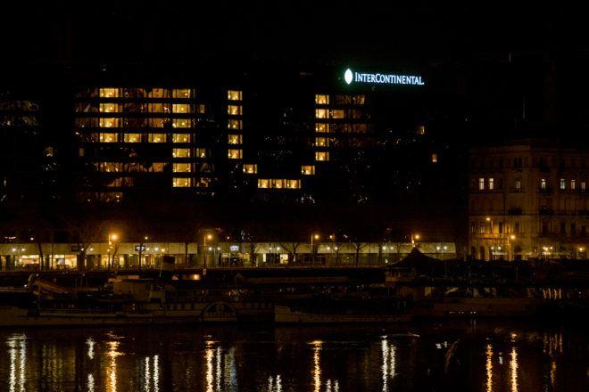 Üzenet az Intercontinental ablakában - Fotó: Lénárd Tamás