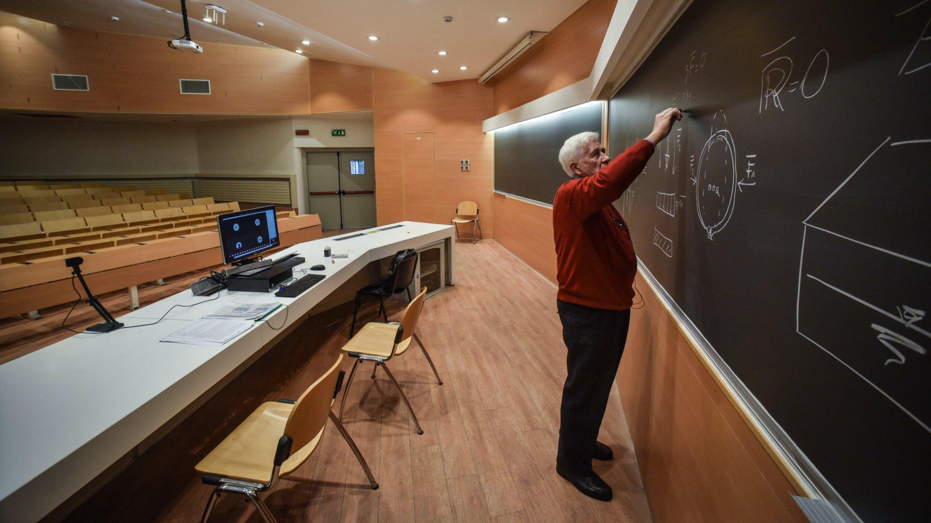 Képünk illusztráció. Silvio Franzetti professzor webkamera segítségével az interneten keresztül tart órát a Milánói Mûszaki Egyetem egyik üres elõadótermében 2020. március 5-én, miután az új koronavírus járványának terjedése miatt minden oktatási intézmény működését felfüggesztették Olaszországban (Fotó: MTI/EPA/ANSA/Matteo Corner)