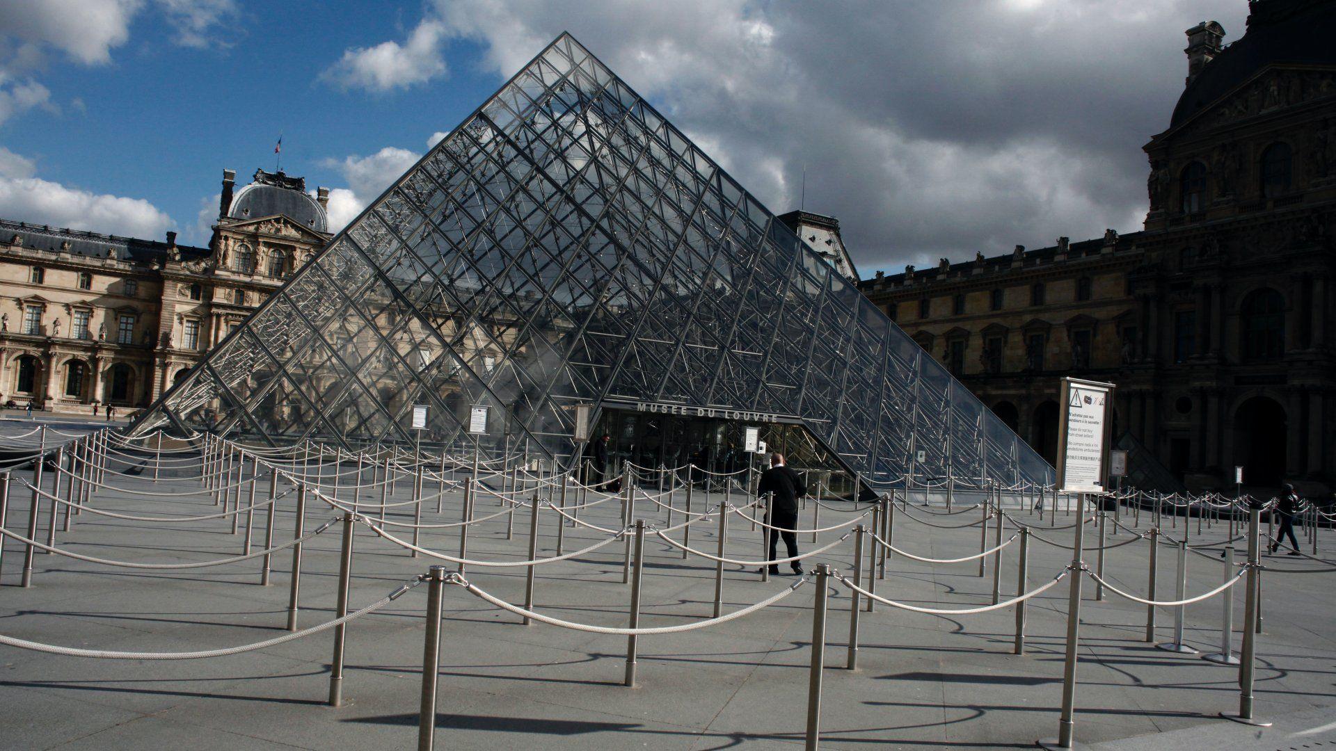 A párizsi Louvre múzeum bejárata 2020. március 13-án (Fotó: MTI/AP/Thibault Camus)