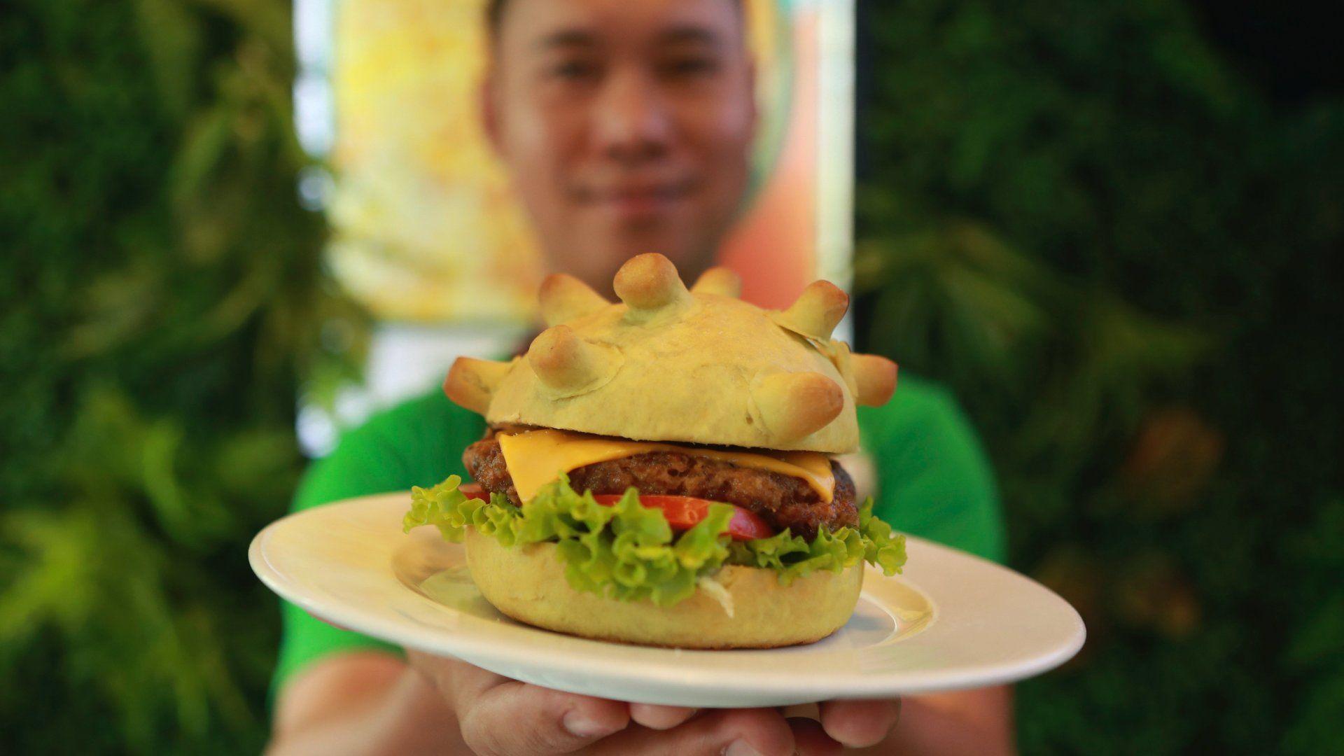 Tüskés labdához hasonlító, koronavírus-hamburgert készítettek egy hanoi étteremben 2020. március 25-én (Fotó: MTI/AP/Hau Dinh)