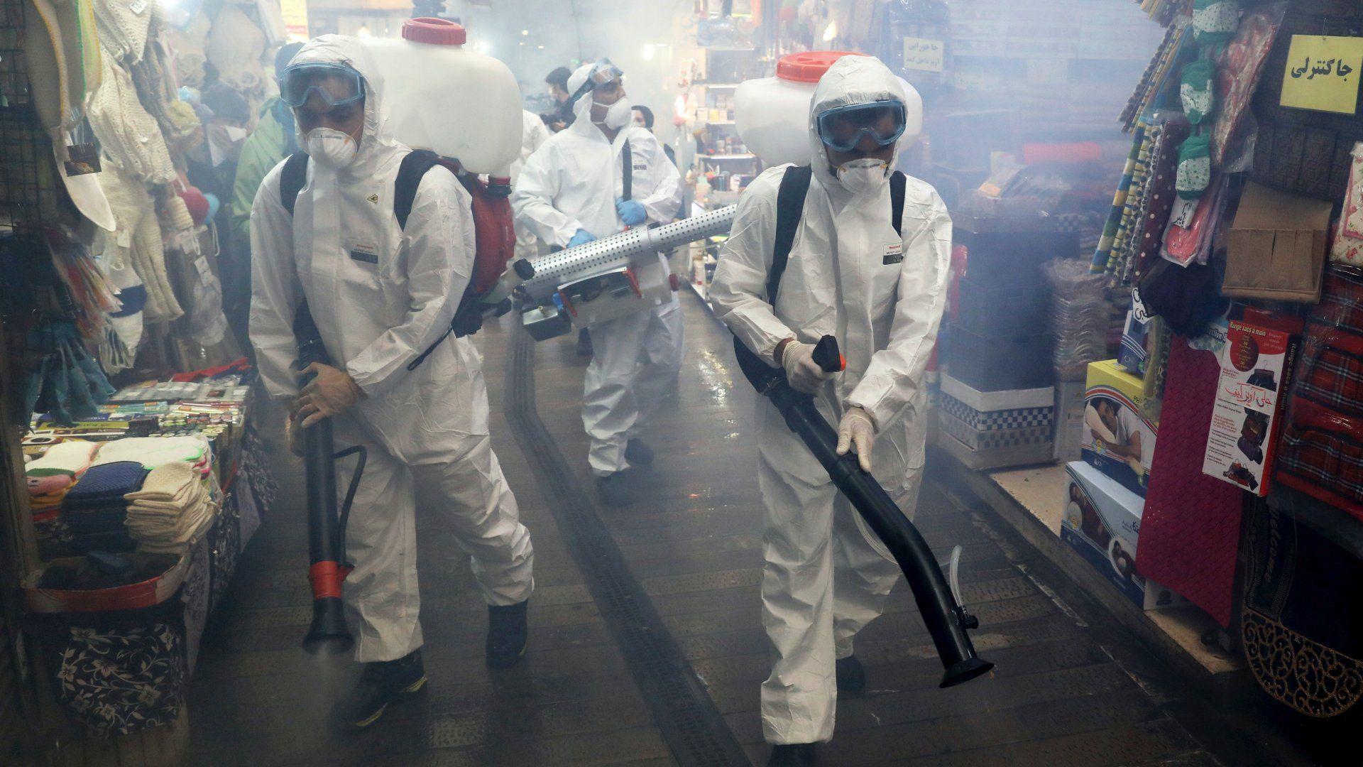 A koronavírus-járvány terjedésének megakadályozára fertőtlenítenek egy észak-teheráni bazárt Iránban 2020. március 6-án. (Fotó: MTI/AP/Ebrahim Norúzi)