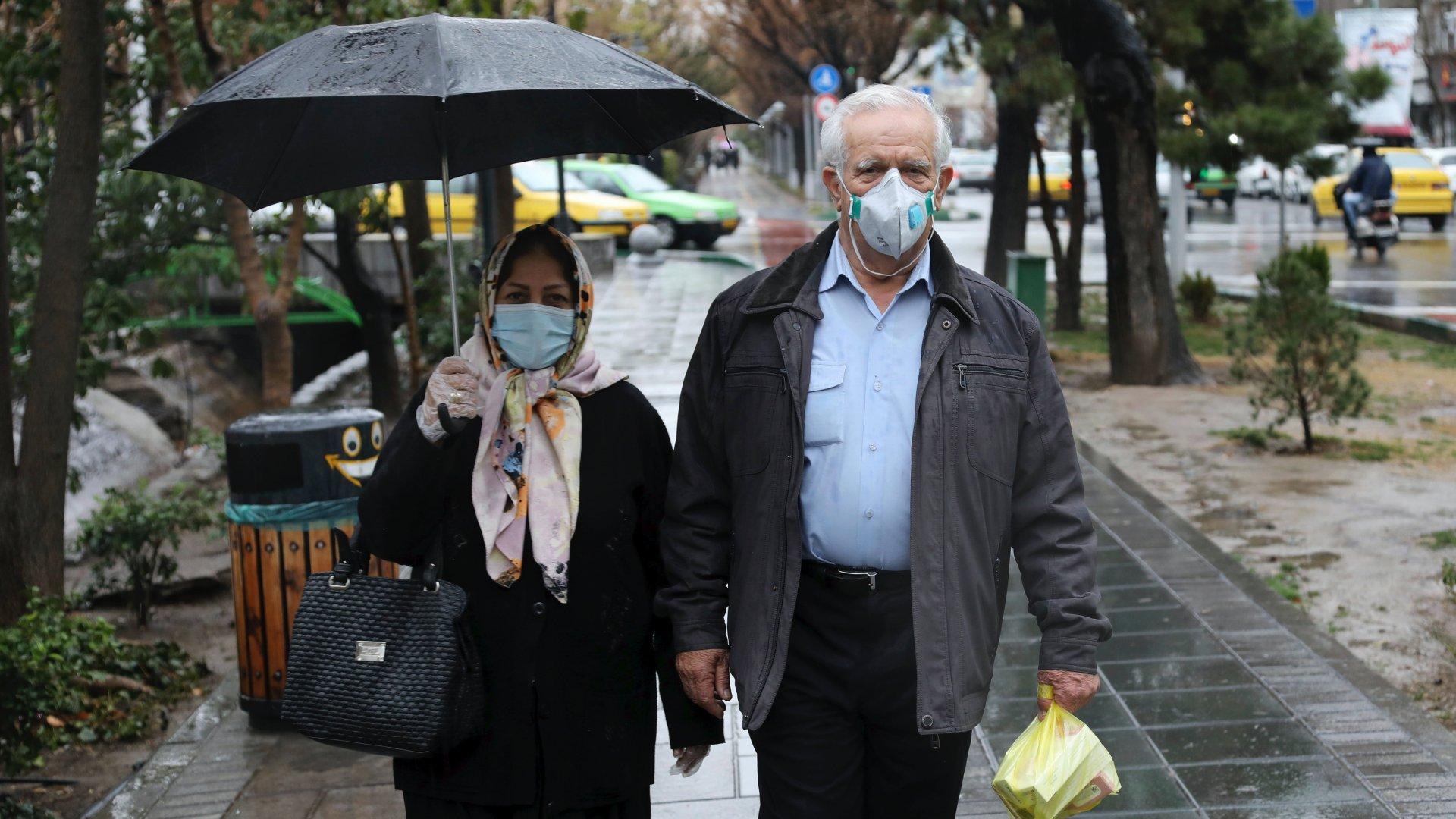Védőmaszkot viselő gyalogosok Teherán belvárosában 2020. február 25-én (Fotó: MTI/AP/Ebrahim Noruzi)