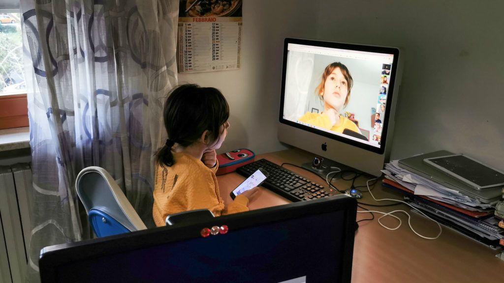 Így zajlik most Milánóban az oktatás: egy kisiskolás video chaten hallgatja az órát (Fotó: Alfonso Di Vincenzo/KONTROLAB/LightRocket via Getty Images)