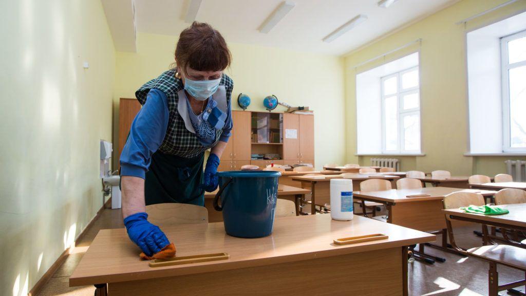 Bezárt iskolát fertőtlenítenek az oroszországi Ulan-Ude városában (Fotó: Andrei OgorodnikTASS via Getty Images)