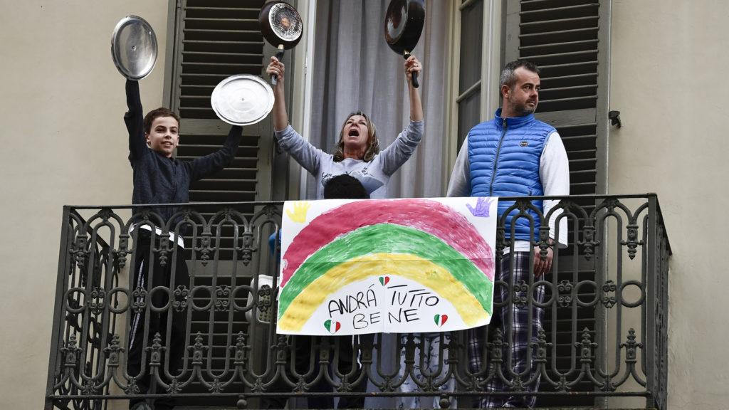Minden rendben lesz - olvasható egy torinói erkélyen, ahol egy család együtt énekel a karanténban rekedt szomszédaival (Fotó: Nicolò Campo/LightRocket via Getty Images)