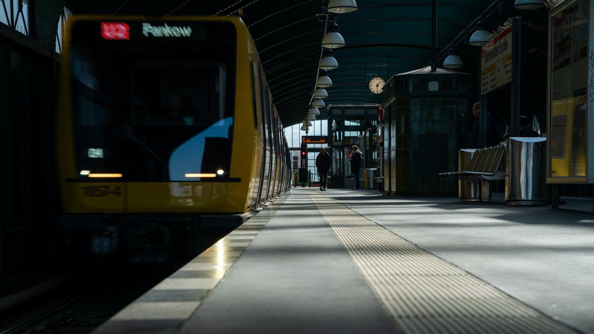 Metrószerelvény érkezik egy szinte teljesen elnéptelenedett berlini állomásra 2020. március 23-án (Fotó: MTI/EPA/Alexander Becher)