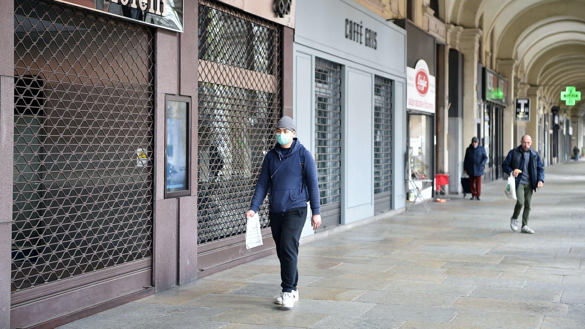 Bezárt üzletek a torinói Cernaia utcában 2020. március 12-én, miután a koronavírus terjedése miatt elrendelték a nem létfontosságú kiskereskedelmi egységek bezárását Olaszországban (Fotó:MTI/EPA/ANSA/Alessandro Di Marco)