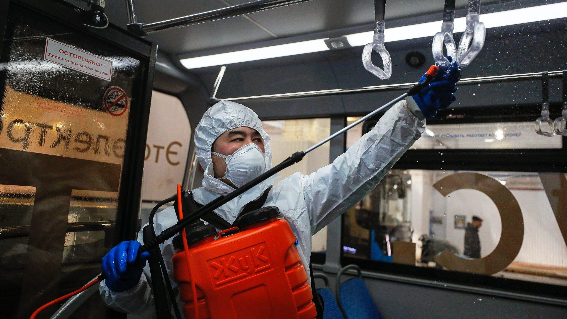 Fertőtlenítést végeznek egy busz utasterében az új koronavírus-járvány terjedésének megakadályozása érdekében Moszkvában 2020. március 20-án (Fotó: MTI/EPA/Szergej Ilnyickij)