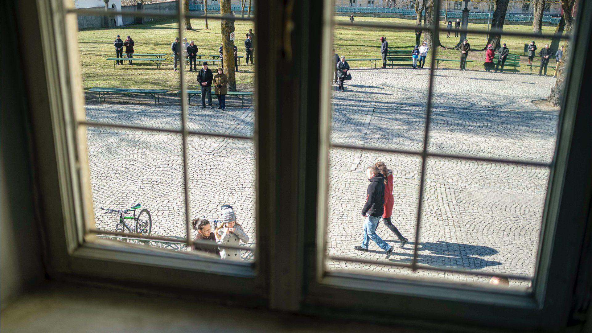 Hívek a csíksomlyói kegytemplom előtt hangszórokon keresztül hallgatják a vasárnapi misét 2020. március 15-én az erdélyi Csíksomlyón (Fotó: MTI/Veres Nándor)