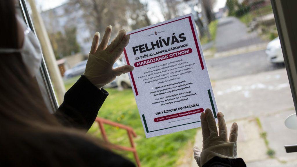 Otthonmaradásra biztató, az idős állampolgároknak szóló felhívást ragasztanak ki egy nagykanizsai társasház bejárati ajtajára (Fotó: MTI/Varga György)