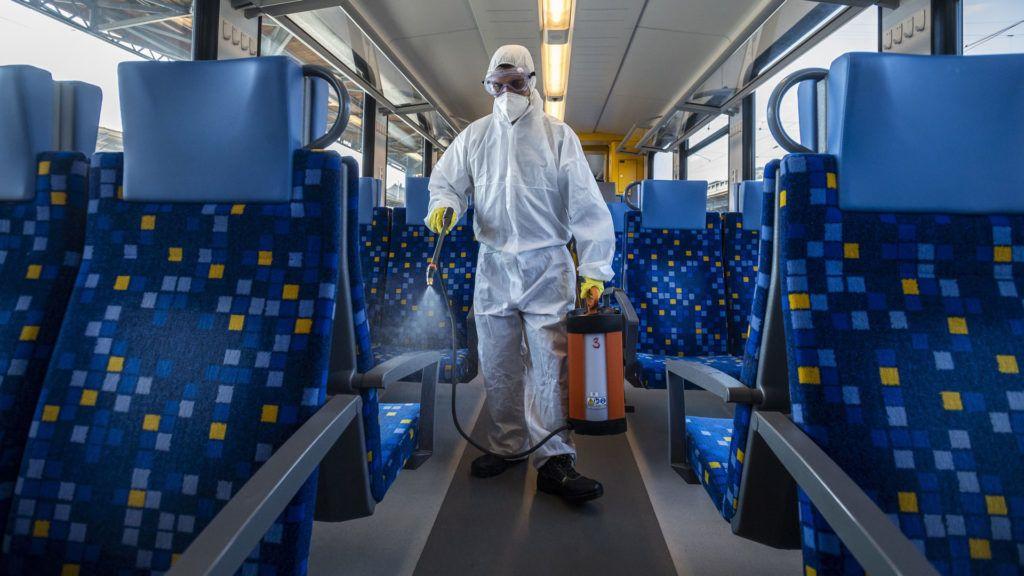 Vonat utasterét fertőtlenítik a Keleti pályaudvaron (Fotó: MTI/Mónus Márton)