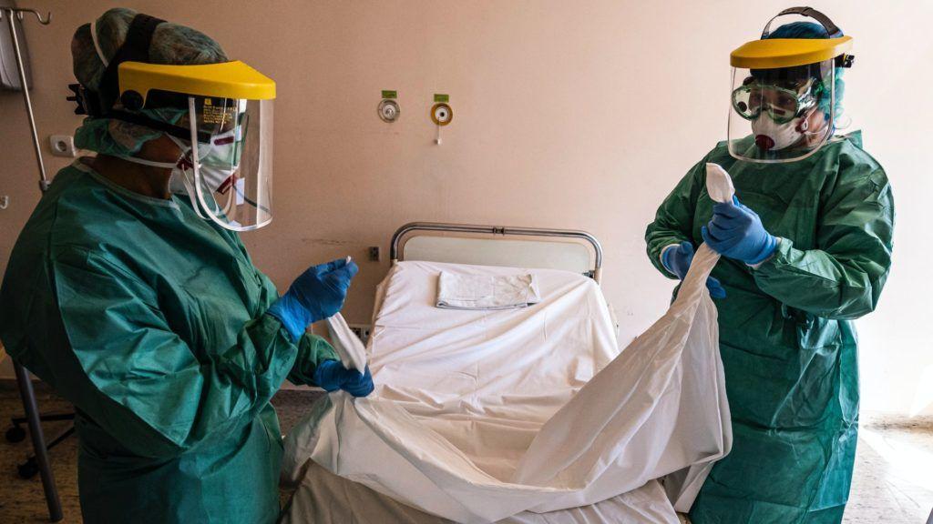 Védõfelszerelést viselõ nõvérek egy kórtermet készítenek elõ a koronavírussal érintett új betegek fogadására kialakított egyik osztályon a fõvárosi Szent László (Fotó: Kórházban MTI/Szigetváry Zsolt)