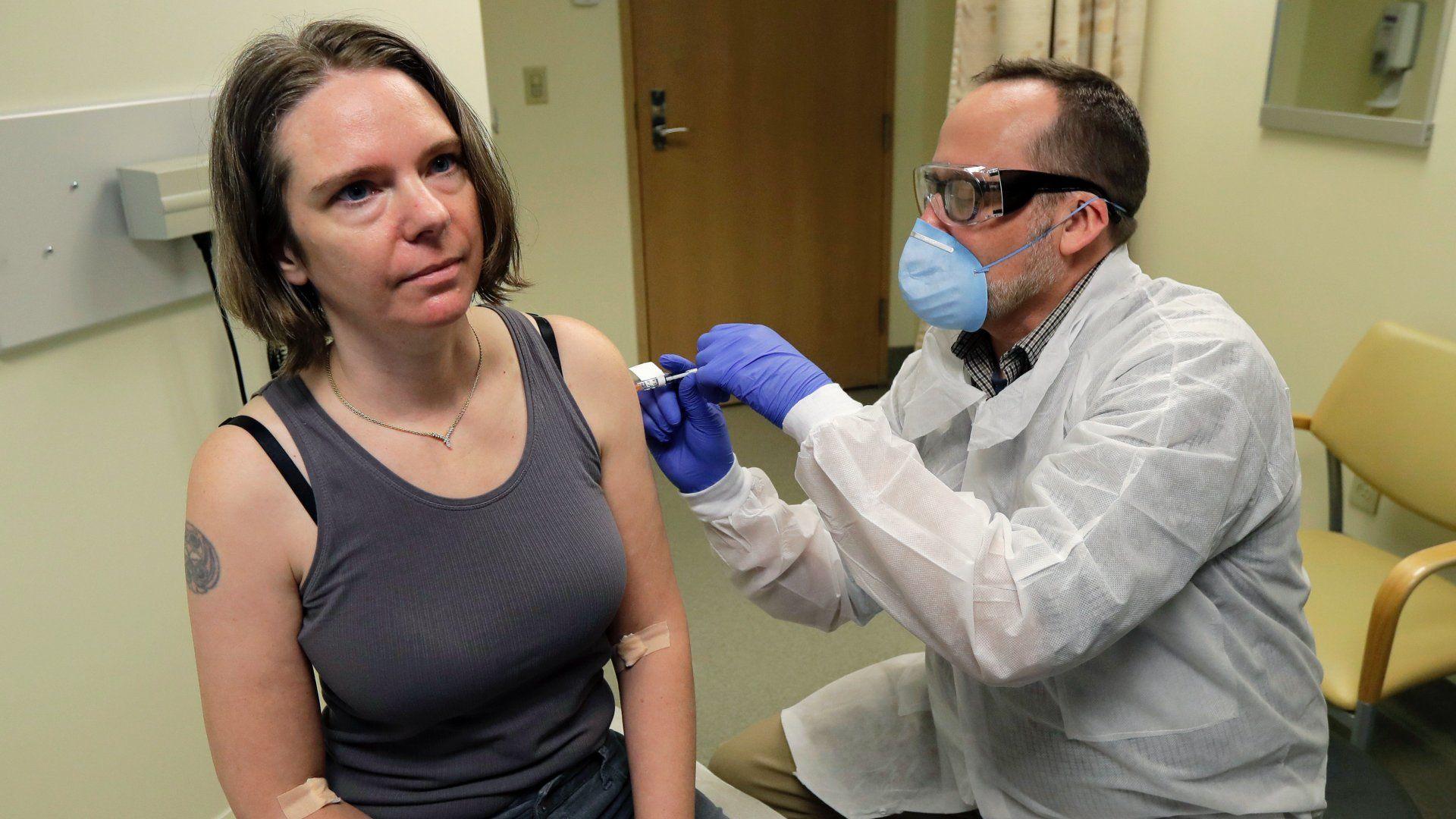 Jennifer Haller amerikai nő az új koronavírus ellen készített, első fokozatban, klinikai kísérleti stádiumban lévő oltóanyagot kap egy gyógyszerésztől a seatlle-i Kaiser Permanente Washington Egészségügyi Kutatóintézetben 2020. március 16-án (Fotó: MTI/AP/Ted S. Warren)