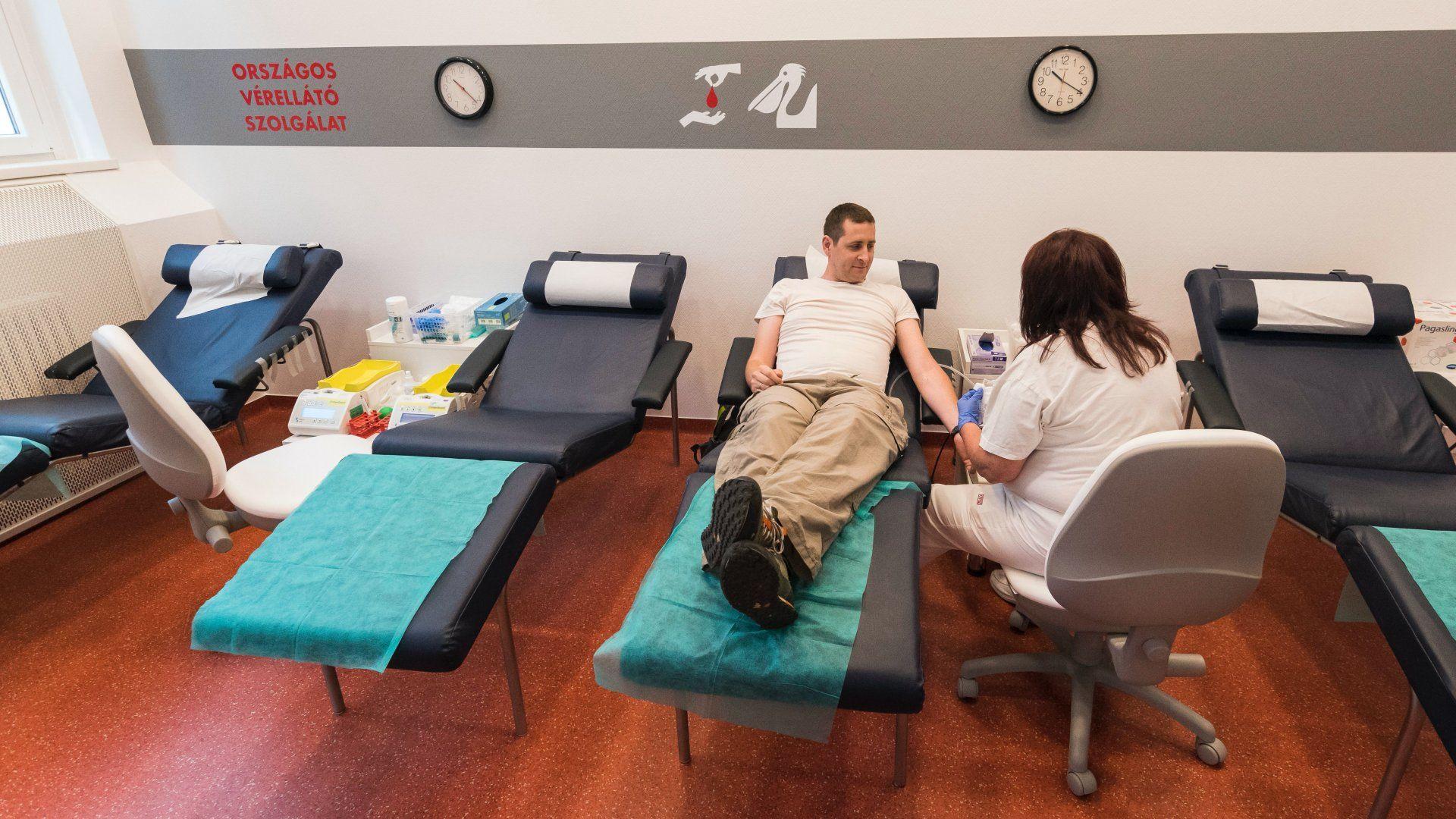 Egy férfi vért ad az Országos Vérellátó Szolgálat megújult Karolina úti véradóterének átadásán 2018. május 14-én (Fotó: MTI/Mónus Márton)