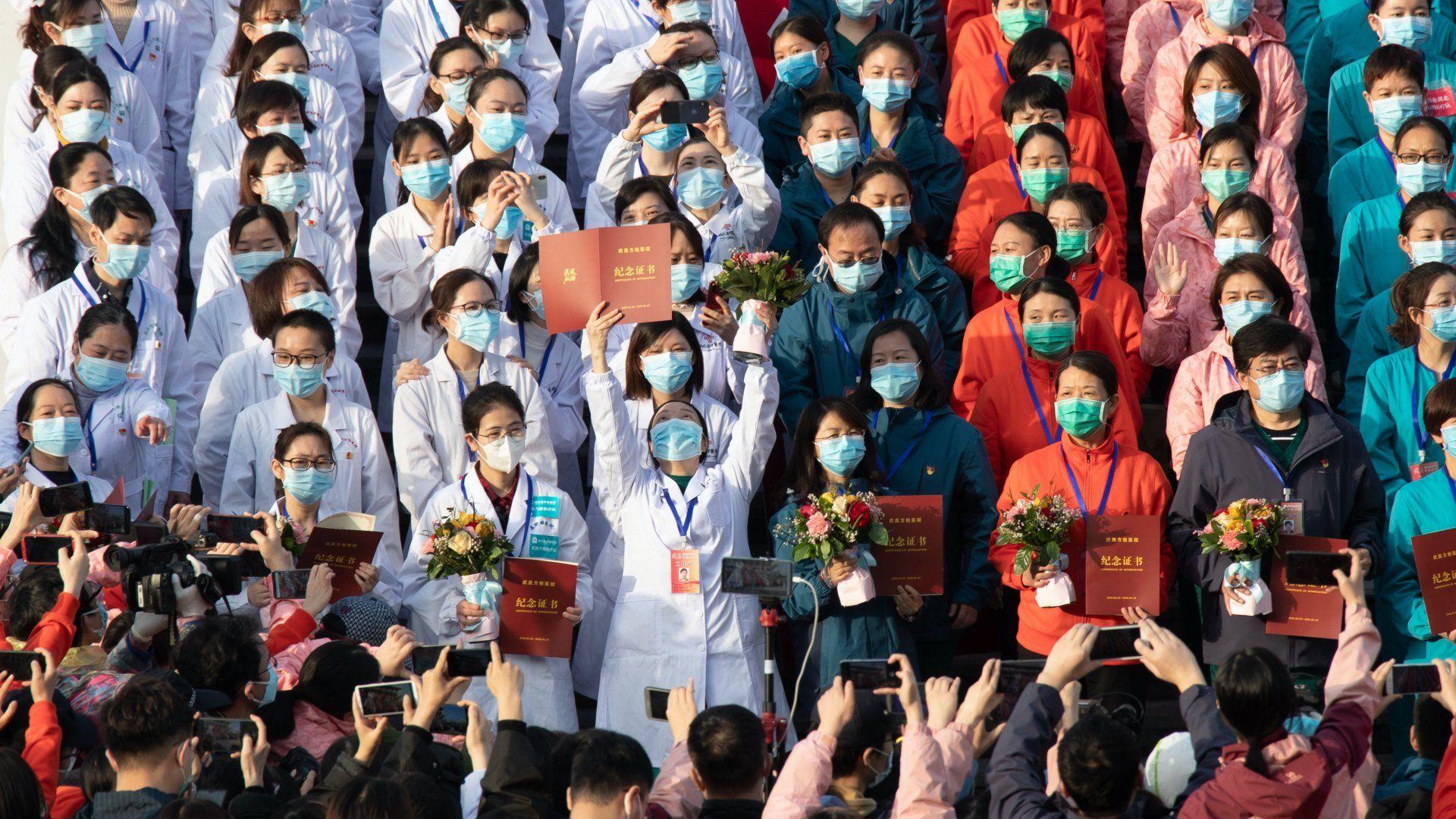 Az egészségügyi személyzet ünnepel az eddig szükségkórházként működő vuhani Hongsan sportcsarnok előtt, miután távozott az utolsó meggyógyult páciens is 2020. március 10-én. Az ideiglenes kórházban a tüdőgyulladást okozó új koronavírussal megfertőződött betegeket ápolták, és most bezárják, mert az utóbbi napokban csökken az új fertőzöttek száma Kínában. A kínai Hupej tartomány székhelye, Vuhan az egész világra kiterjedő koronavírus-járvány gócpontja.MTI/EPA/Costfoto/YFC