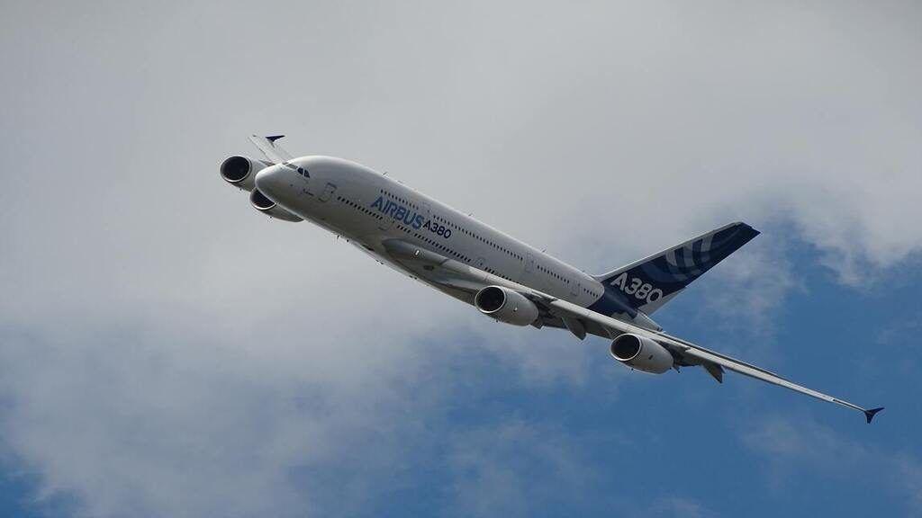 Egy Airbus A33-assal szállították a betegeket a kevésbé leterhelt kórházakba. Illusztráció: G-R Mottez on Unsplash