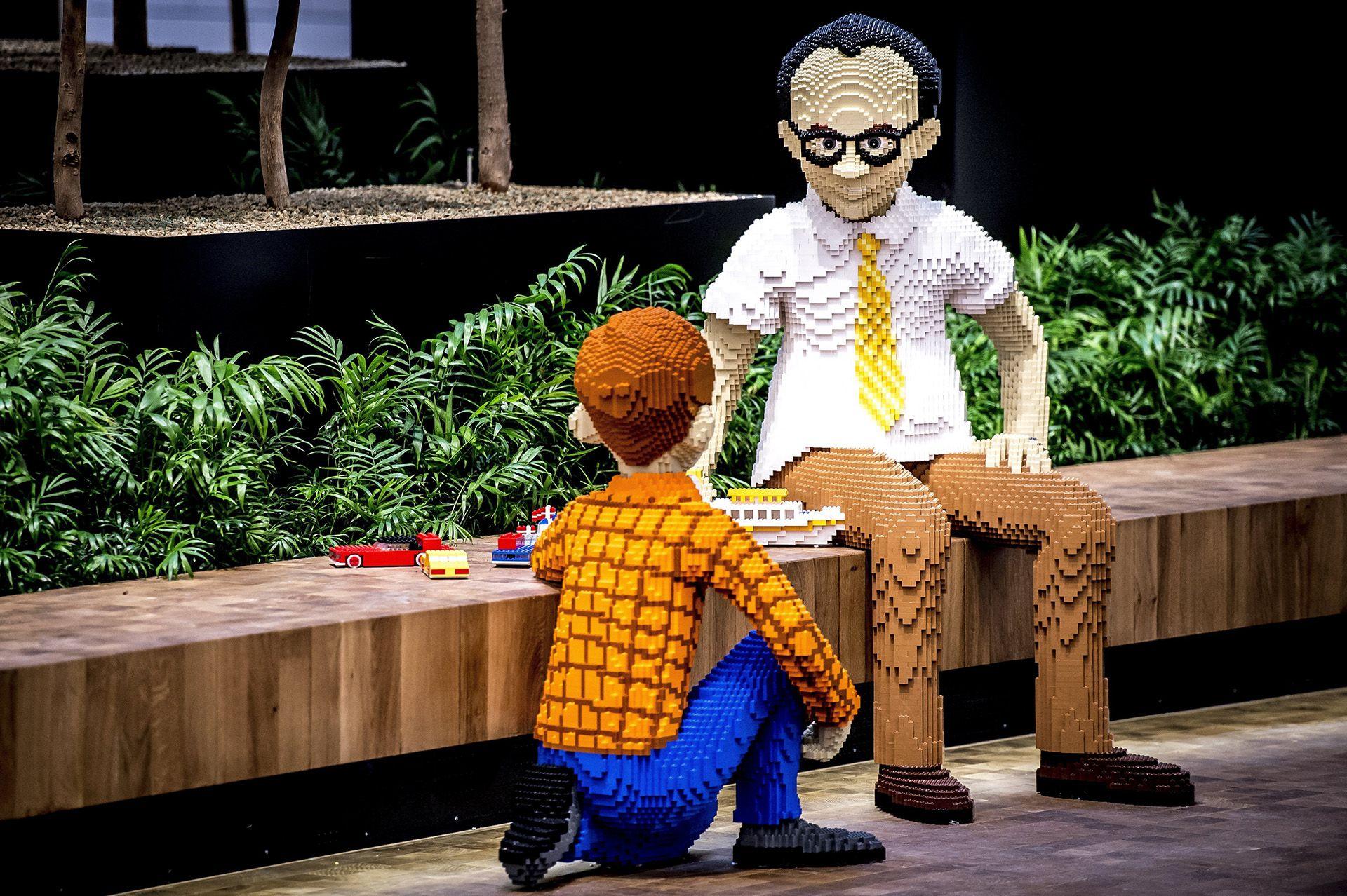 Legokockákból épített figurák a dán Lego játékgyártó vállalat előző évi eredményeit ismertető sajtótájékoztatón a cég billundi központjában (fotó: MTI/EPA/Mads Claus Rasmussen)