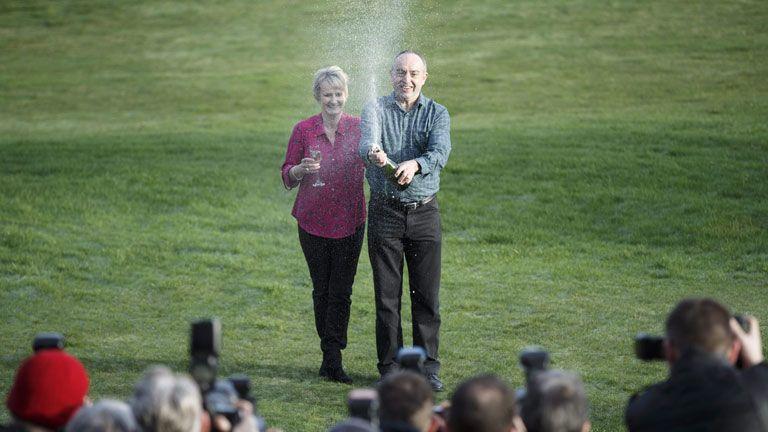 Így ünnepelték az átszámítva mintegy 14 milliárdos nyereményét David és Carol Martin, a brit lottó skóciai nyertesei 2016-ban (MTI/EPA/Robert Perry)