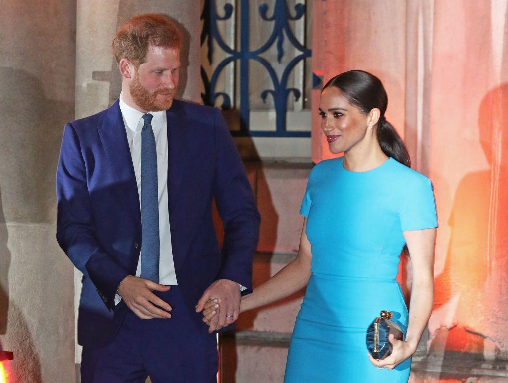 Meghan MArkle a brit tervező, Victoria Beckham kollekciójából választott ruhát az utolsó nyilvános estélyére, ahová még hercegnőként vonulhatott be (Fotó: Steve Parsons/PA Images via Getty Images)