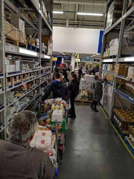Hosszú sorok a Metro áruház pénztáránál (Kollégánk fotója)