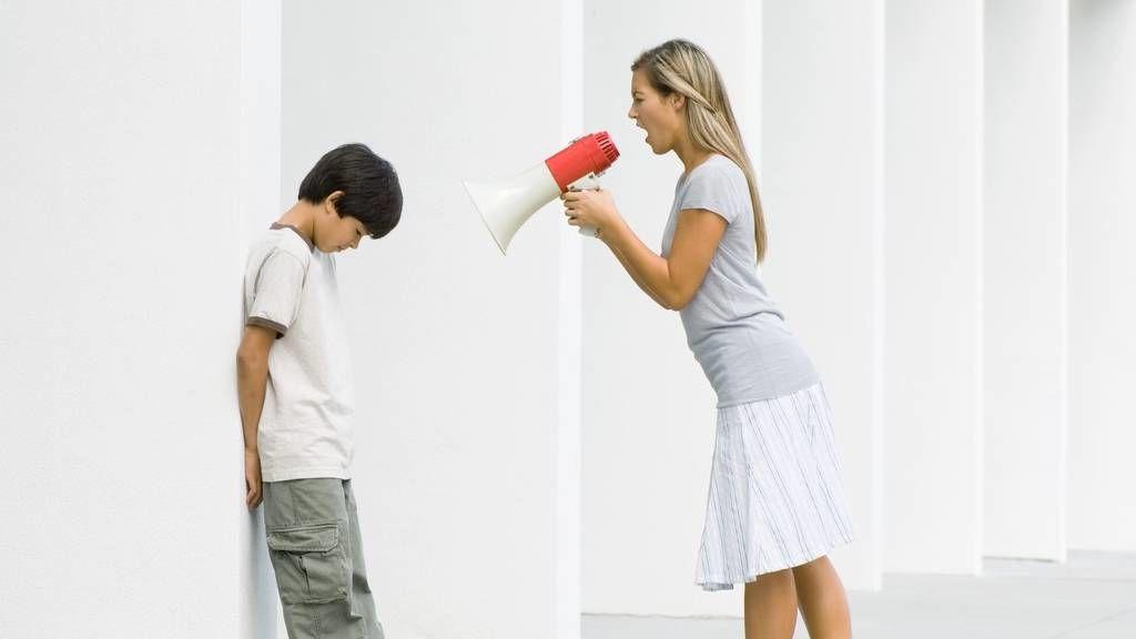 Fiával kiabáló anya