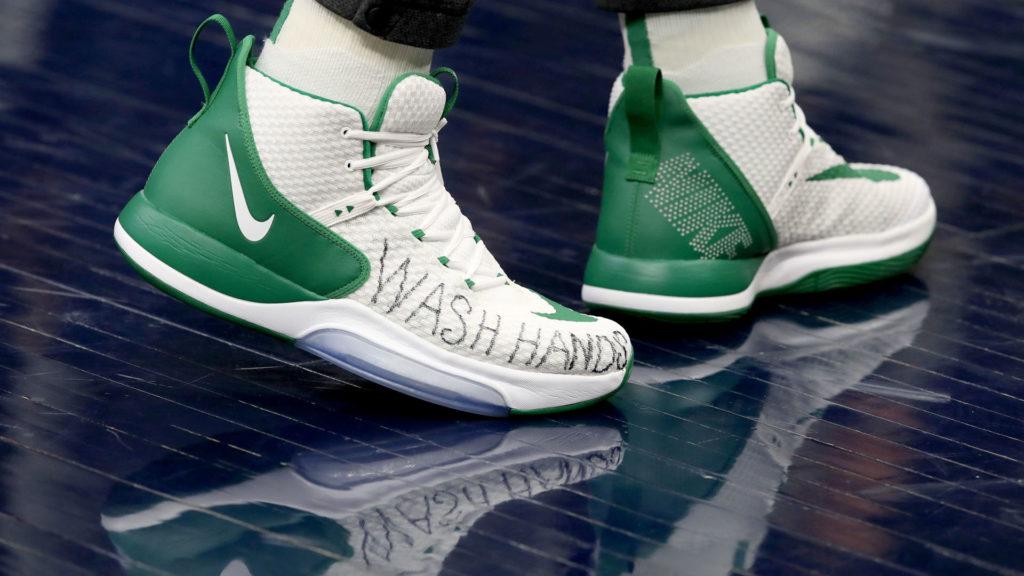 Enes Kanter a Boston Celtics kosárlabda csapat játékosának cipője, a március 10-ei Indiana Pacers elleni mérkőzésen (Fotó: Andy Lyons/Getty Images)
