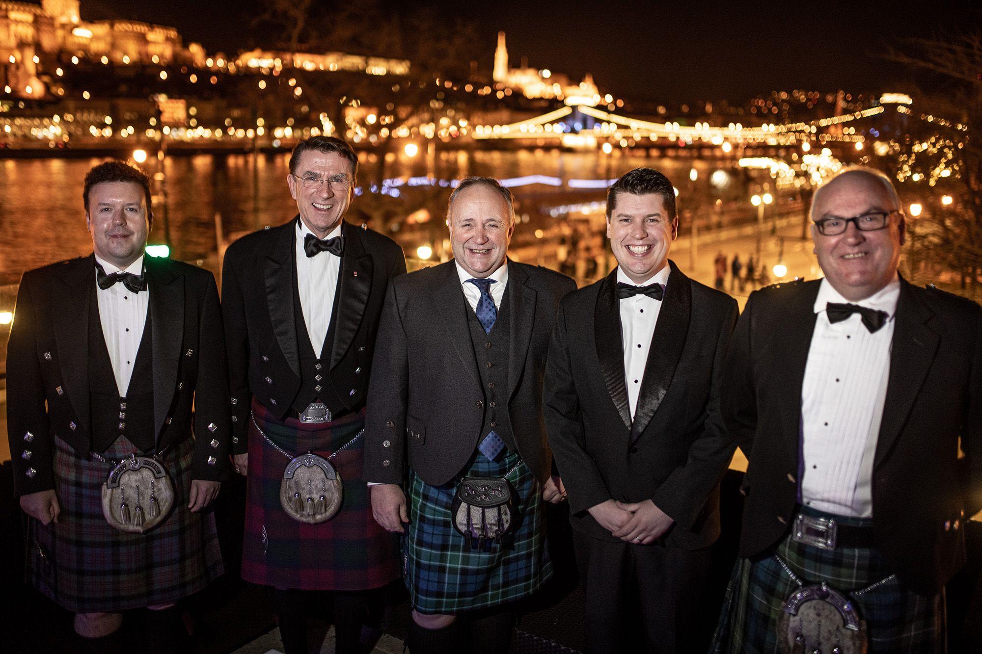 Steven Dick (balra) kollégáival a novemberi St. Andrew's Ball jótékonysági bálon (fotó: Neményi Márton)