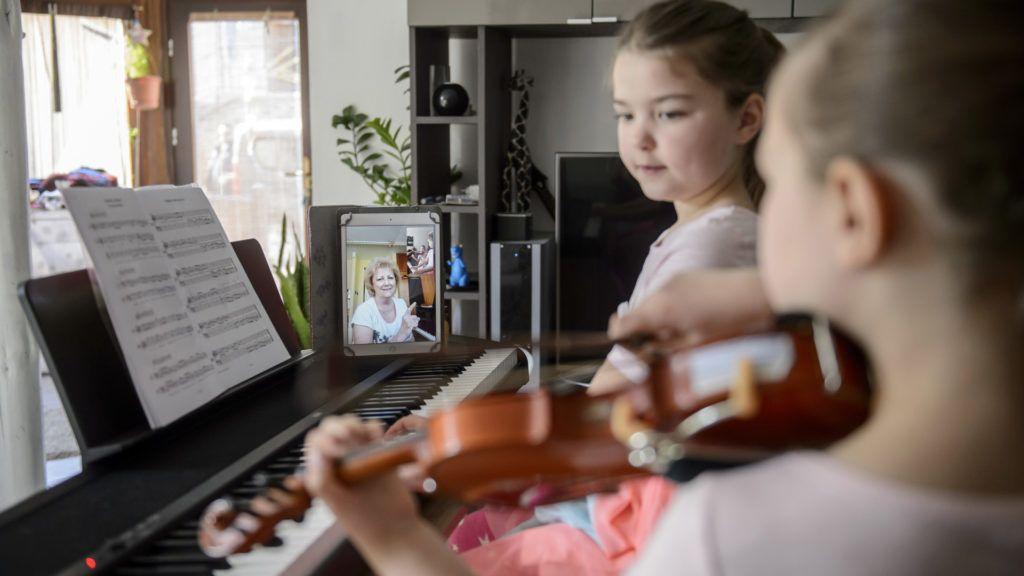 Művésztanár tart online zeneoktatást egy család salgótarjáni otthonában, a járvány ideje alatt (Fotó: MTI/Komka Péter)