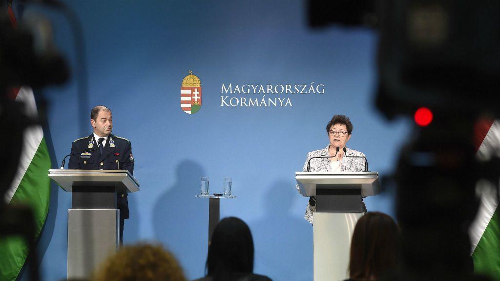 Lakatos Tibor, az operatív törzs ügyeleti központjának vezetője és Müller Cecília országos tisztifőorvos a koronavírus-fertőzés elleni védekezésért felelős operatív törzs sajtótájékoztatóján a Miniszterelnöki Kabinetiroda sajtótermében 2020. március 7-én (fotó: MTI/Bruzák Noémi)