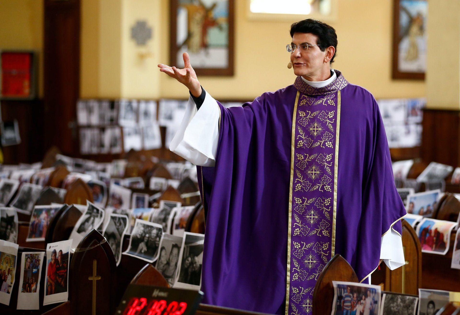 Reinaldo Manzotti brazil pap misét tart a hívek fotóival borított templomi padsorok között a brazíliai Paraná állam fővárosában, Curitibában 2020. március 21-én (Fotó:MTI/EPA-EFE/Hedeson Alves)