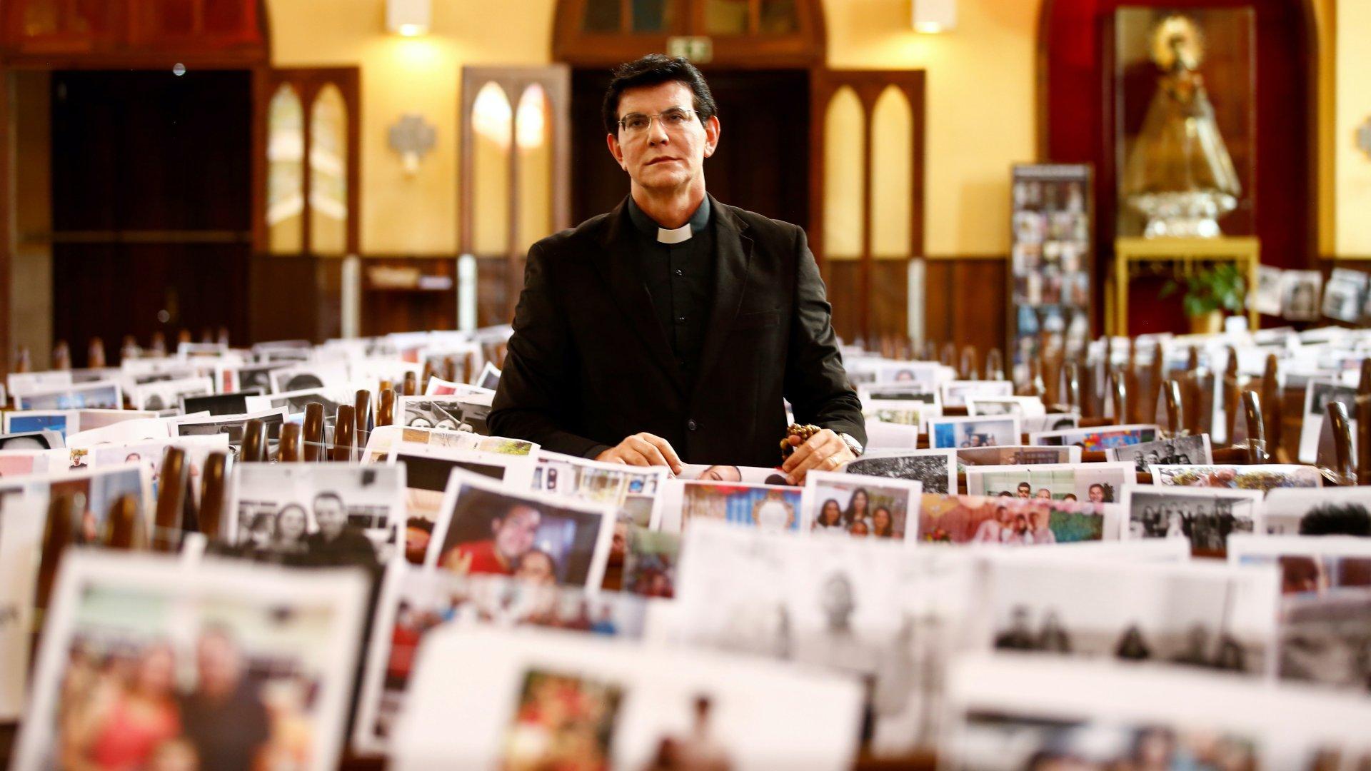 Reinaldo Manzotti brazil pap misét tart a hívek fotóival borított templomi padsorok között a brazíliai Paraná állam fővárosában, Curitibában 2020. március 21-én (Fotó: MTI/EPA-EFE/Hedeson Alves)