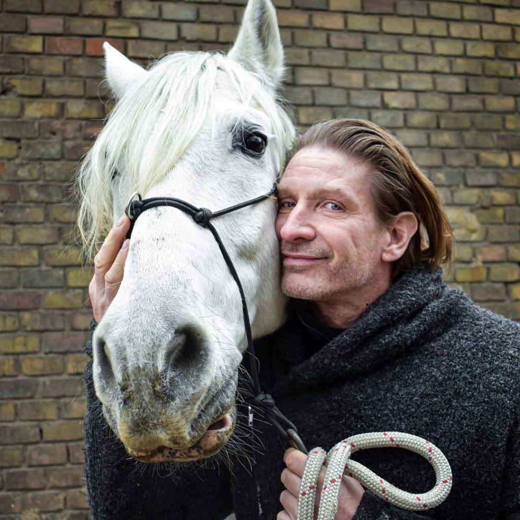Pintér Tibor Tenya rajong a lovakért, ezzel videó nélkül is tisztában vannak a rajongói (Fotó: Instagram)