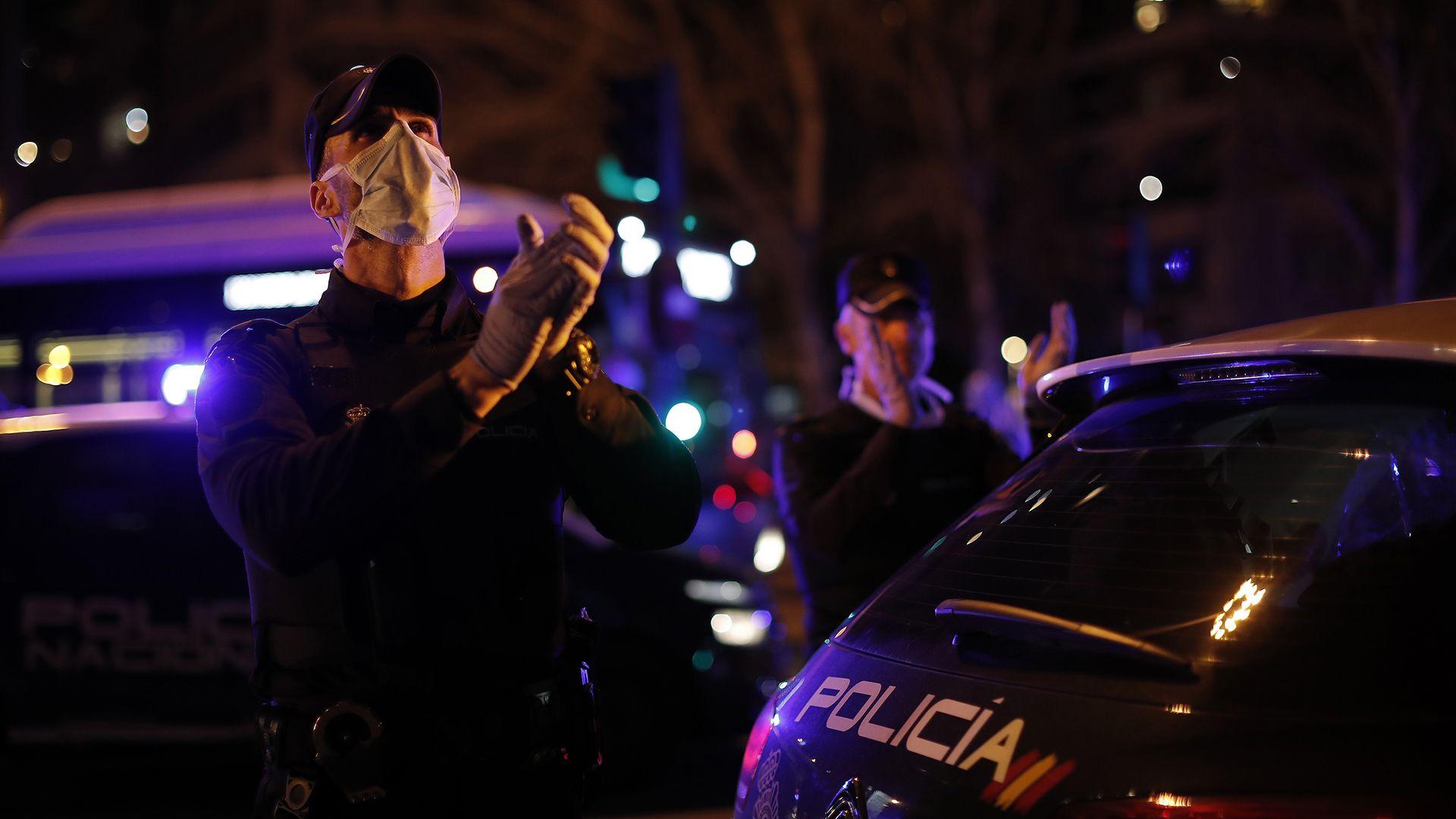 Zenével szórakoztatják a spanyol rendőrök a kijárási tilalom miatt otthon maradókat