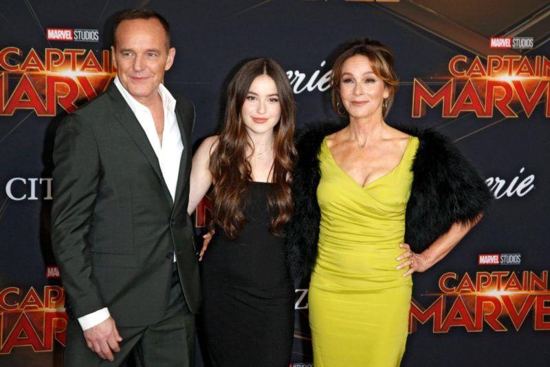 Jennifer Grey, Clark Gregg és lányuk Stella a Marvel kapitány bemutatóján 2019-ben