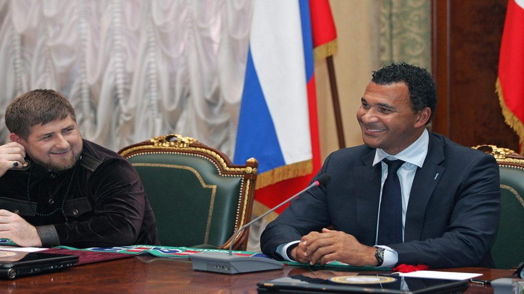 Kadirov (jobbra) halállal büntetné azt, aki elhagyja a karantént. (MTI/EPA/Kazbek Vahajev)