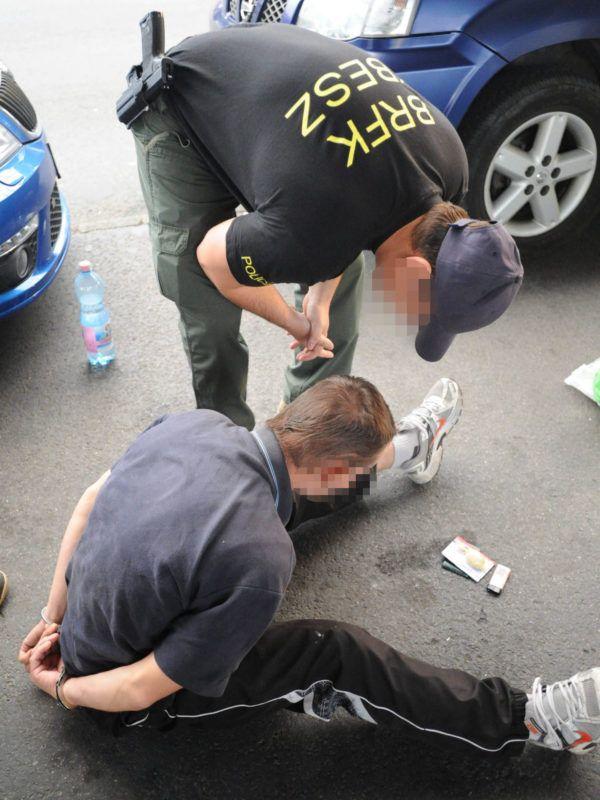Képünk illusztráció - kábítószer kereskedéssel gyanúsított személyt tartóztatnak le a Népligeti buszpályaudvaron (Fotó: MTI/Mihádák Zoltán