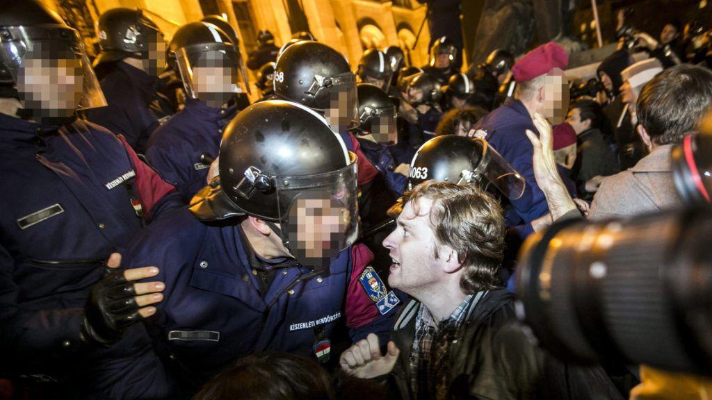 Országházat védő rendőrök a Kossuth téren, egy kormányellenes tüntetésen (Képünk illusztráció - MTI Fotó: Mohai Balázs)