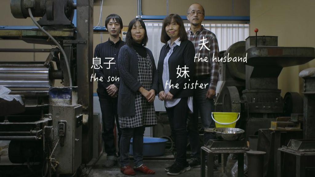 A kiotói Nose család: ők az utolsók, akik a különleges selyemfestési eljárást ismerik. (Fotó: Youtube/ Hermès   Silk marbling: a Japanese technique rediscovered)
