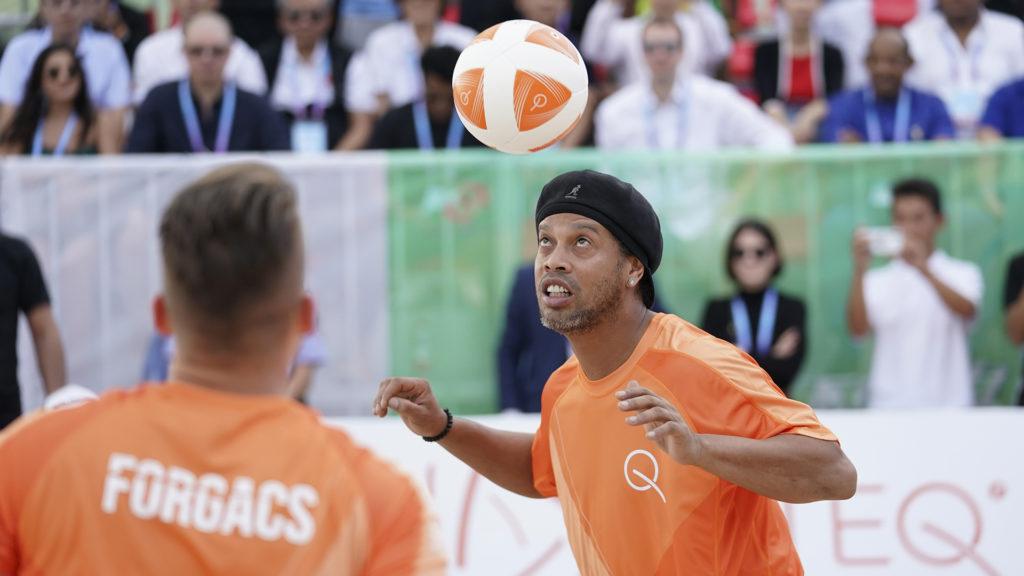 Amikor nem a rendőrségi ügyeit intézi, Ronaldinho a magyar fejlesztésű Teqball nemzetközi nagykövete (Fotó: Getty Images)
