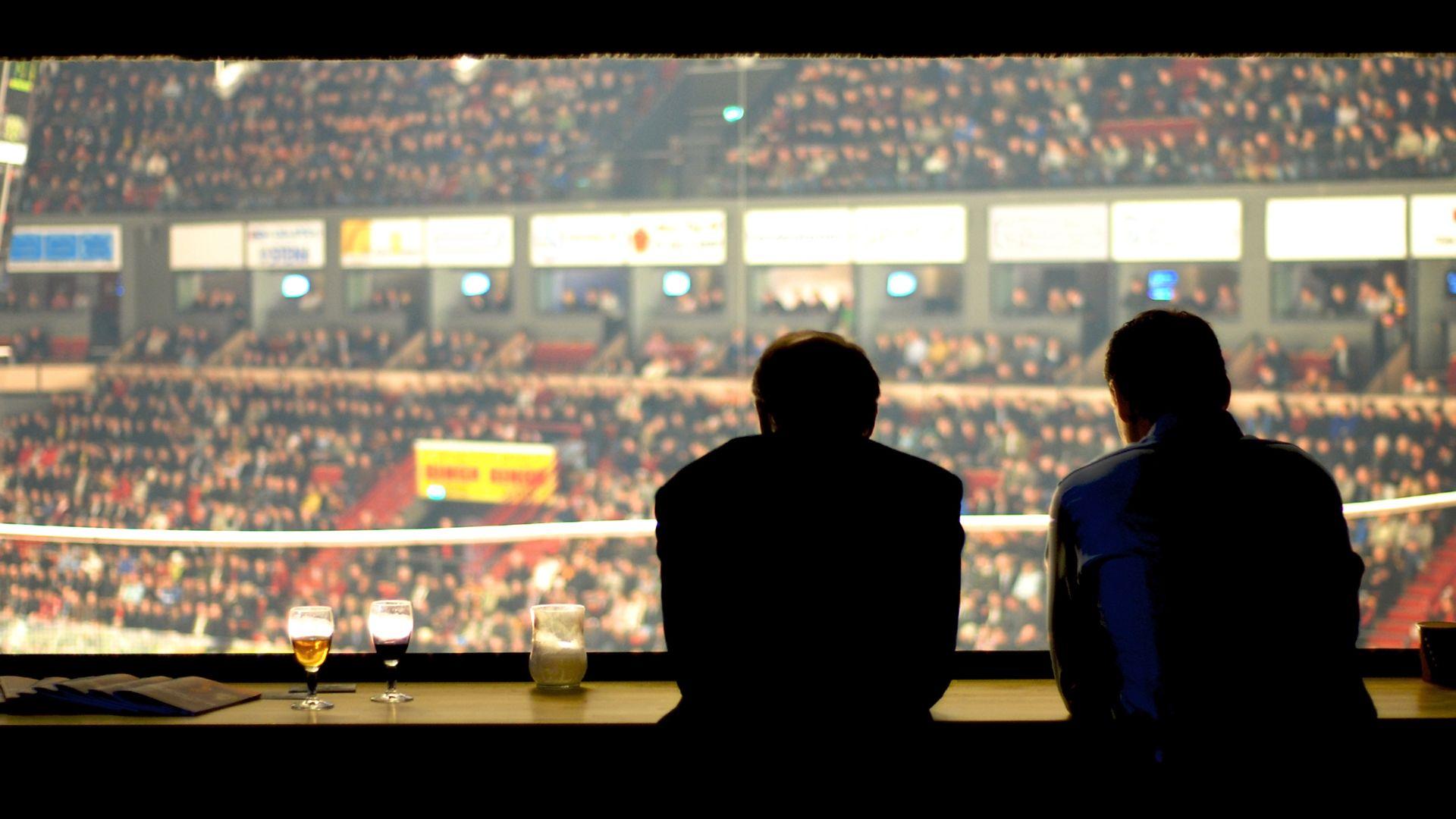 hétköznapi eseményeket közvetít a brit sportriporter