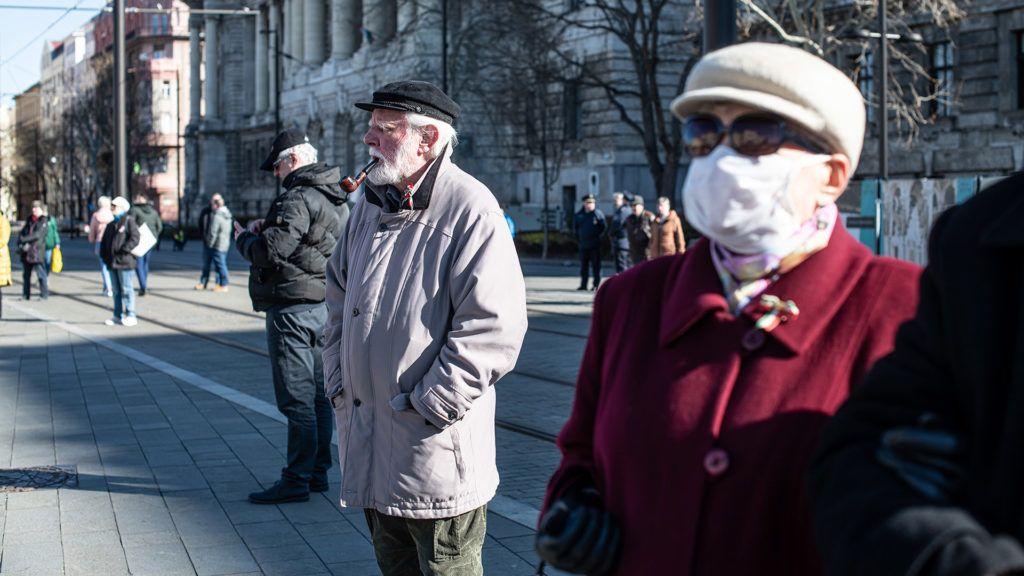 A koronavírus ellenére sajnos viszonylag sok idős embert lehet látni Budapest utcáin (Fotó: Neményi Márton)