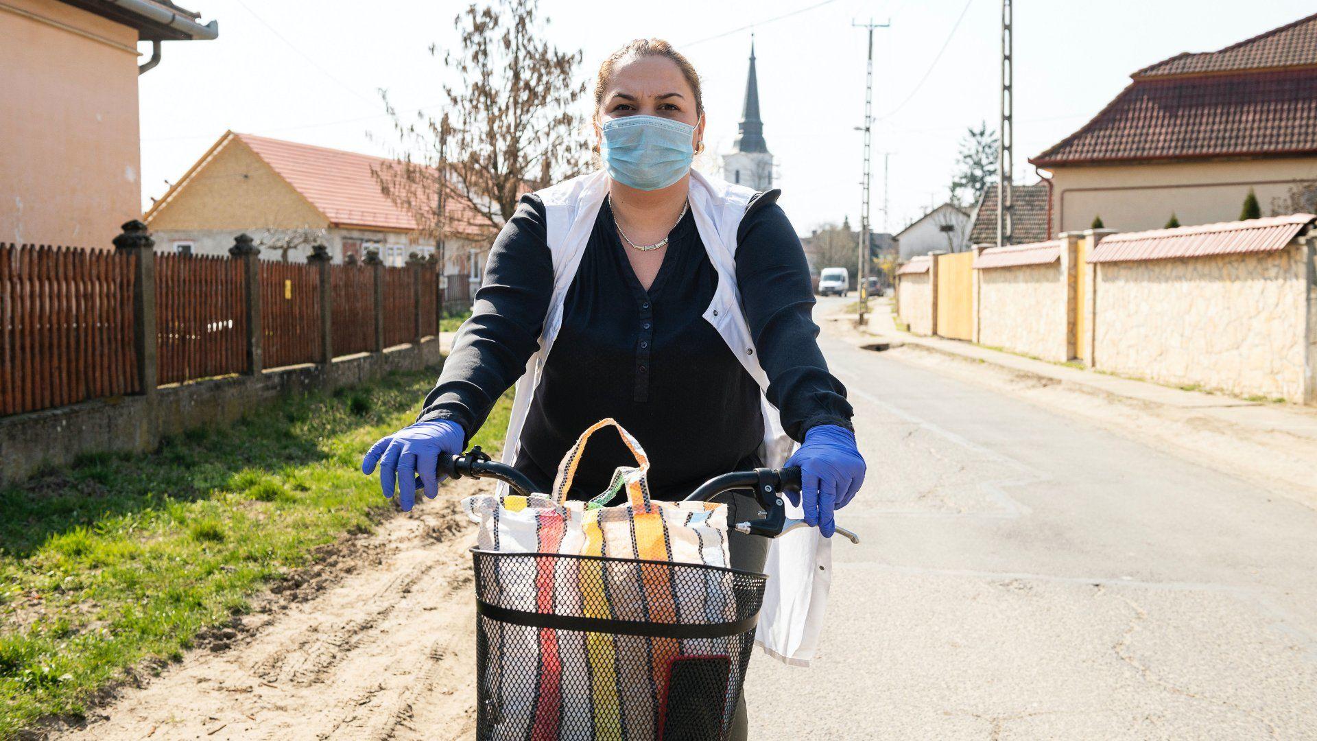 Képünk illusztráció. A helyi szociális központ dolgozója kerékpárral viszi az ebédet időseknek Hodászon 2020. március 20-án (Fotó: MTI/Balázs Attila)