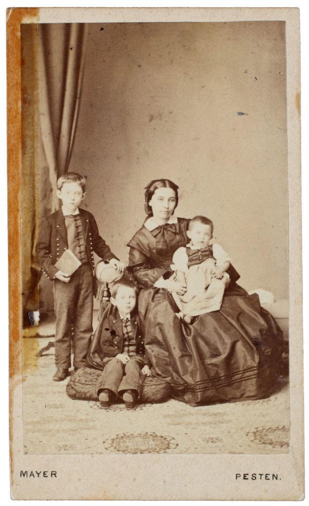 Szendrey Júlia Horvát Attilával, Árpáddal és Ilonával (Fotó: Mayer György, Feltehetően 1862-ben készült)